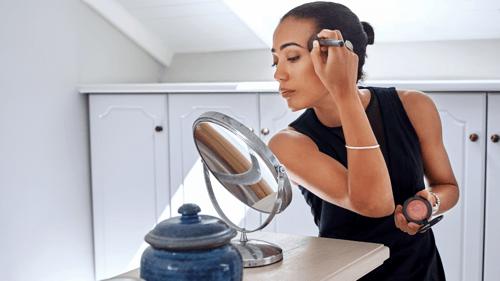 mujer-de-negocios-maquillandose